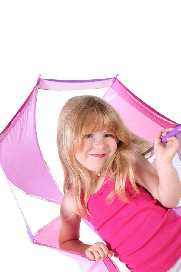 Kleines Mädchen unter Regenschirm lizenzfreies stockfoto