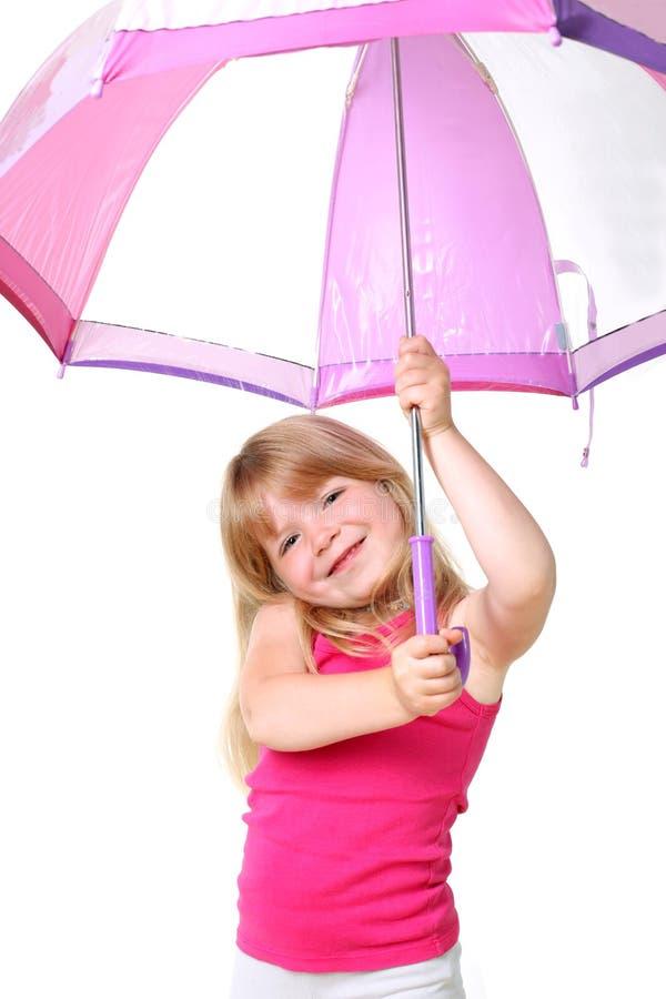 Kleines Mädchen unter Regenschirm lizenzfreie stockfotografie