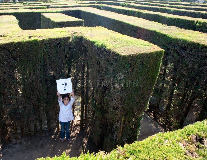 Kleines Mädchen verlor auf einem Labyrinth lizenzfreie stockfotografie