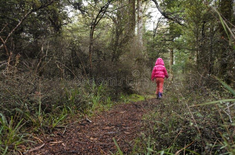 Kleines Mädchen verloren in einem Regenwald stockfoto