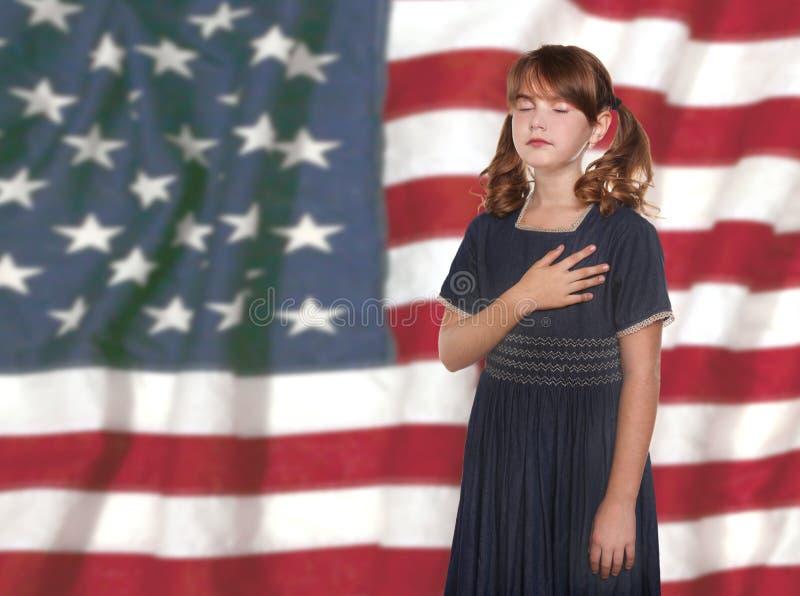 Kleines Mädchen-versprechende Untertanentreue zur Markierungsfahne lizenzfreie stockfotografie