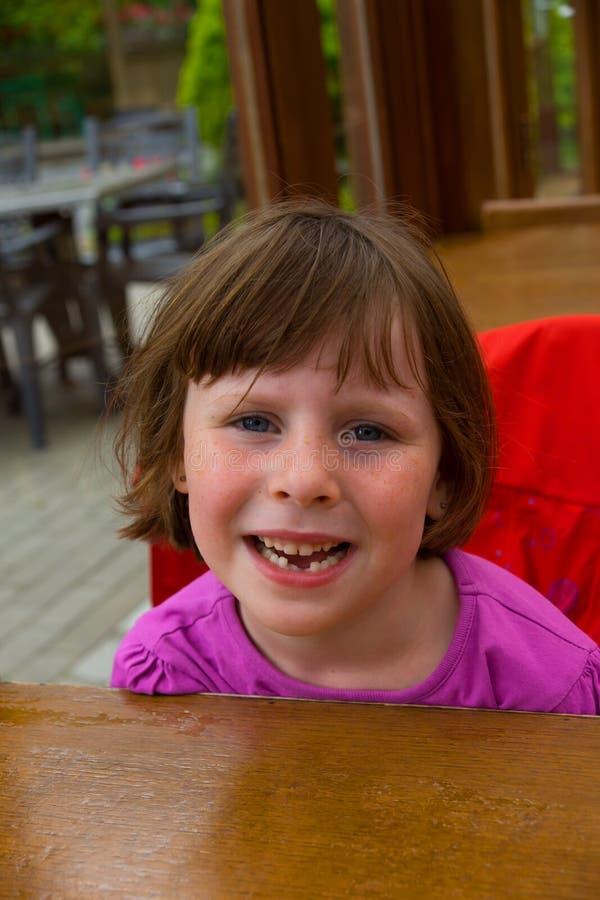 Kleines Mädchen während des Gebisses lizenzfreies stockfoto