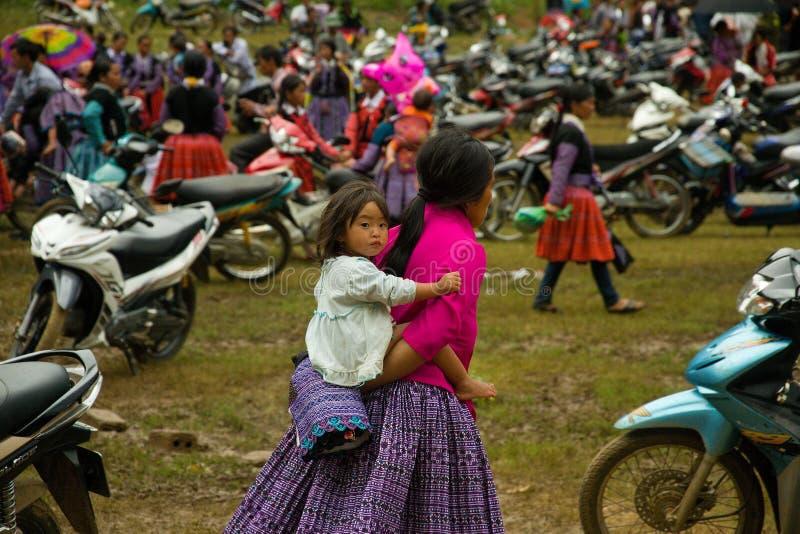 Kleines Mädchen während des Liebes-Marktfestivals in Vietnam lizenzfreies stockbild
