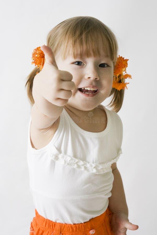 Kleines Mädchen, welches das OKAYzeichen bildet lizenzfreie stockbilder