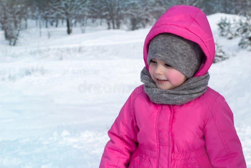kleines Mädchen, welches das Winterwetter genießt stockfoto