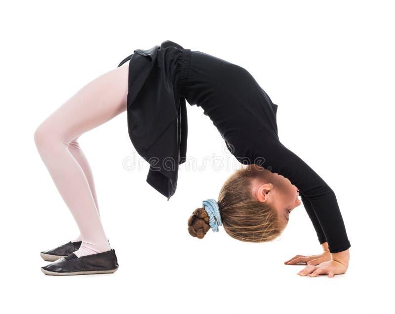 Kleines Mädchen, welches die Übung tut lizenzfreie stockbilder