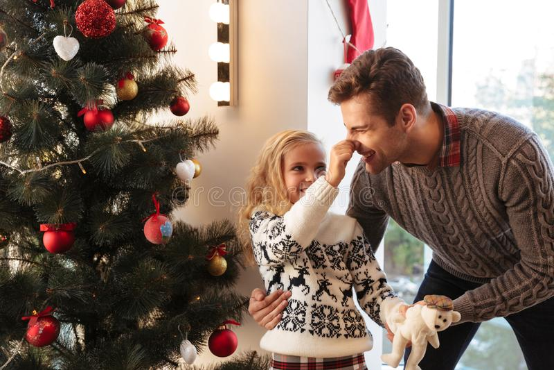 Kleines Mädchen, wenn Spaß mit ihrem Vater während Klemme seins Nase a gehabt wird lizenzfreies stockbild