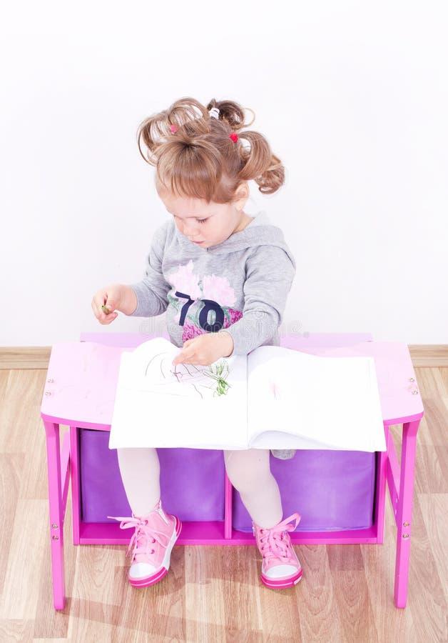 Kleines Mädchen zeichnet stockfotografie