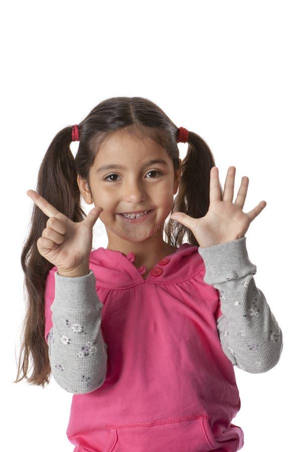 Kleines Mädchen zeigt 7 Finger lizenzfreie stockbilder