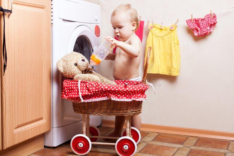 Kleines Mädchen zieht ein Spielzeug ein lizenzfreies stockbild
