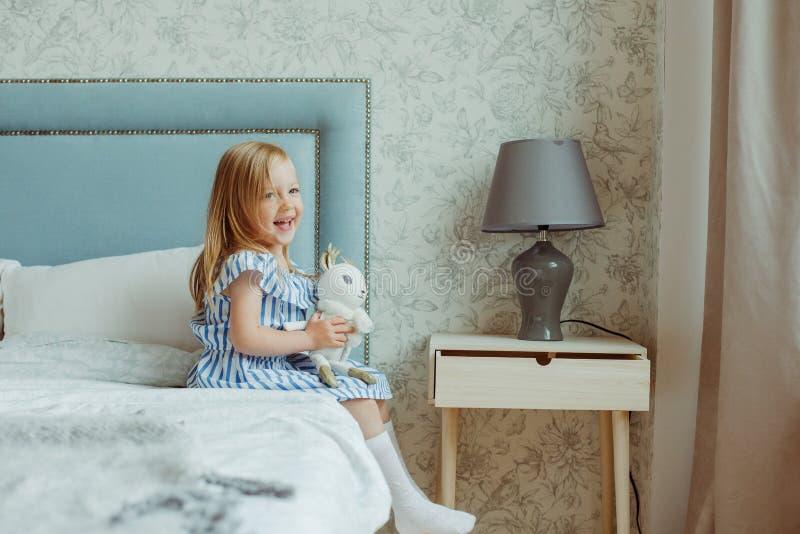 Kleines Mädchen zu Hause stockbild