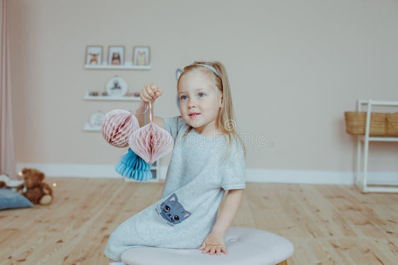 Kleines Mädchen zu Hause lizenzfreie stockfotos