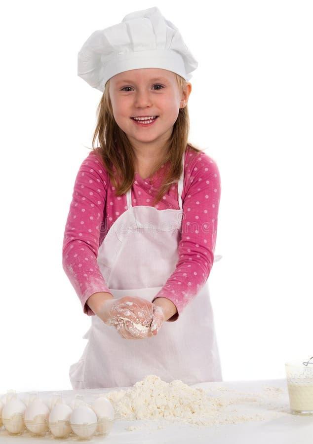 Kleines Mädchenkochen stockfotos