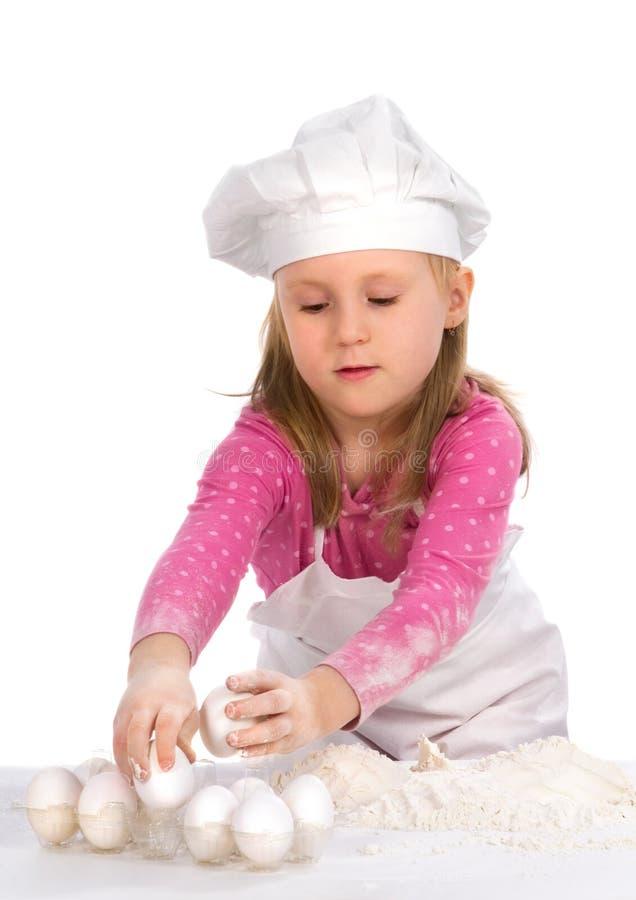 Kleines Mädchenkochen stockbild