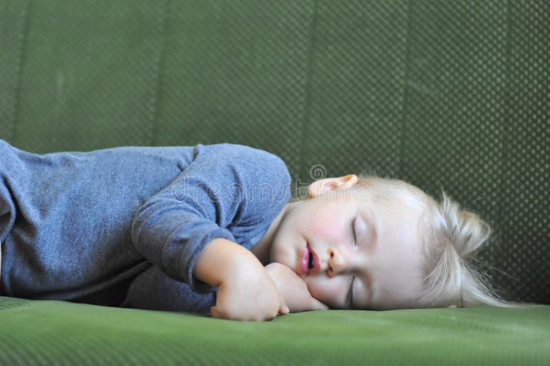 Kleines Mädchenschlafen stockfotografie