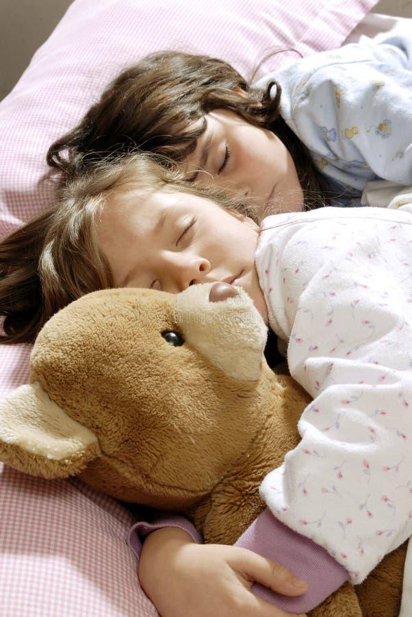 kleines Mädchenschlafen stockfoto