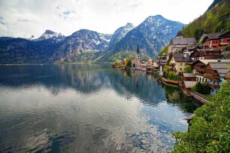 Kleines malerisches Dorf Hallstatt aufgestellt auf Hallstaetter See, Österreich lizenzfreies stockfoto