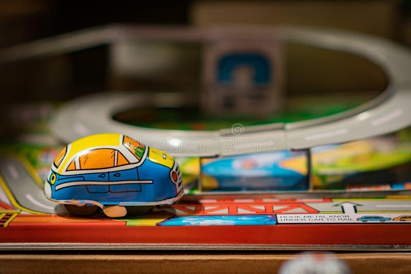 Kleines Metallspielzeugauto auf Bahn stockfoto