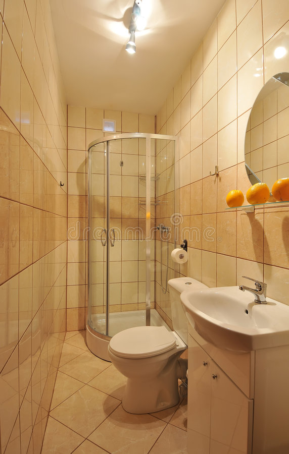 Kleines mit Ziegeln gedecktes Badezimmer stockfoto