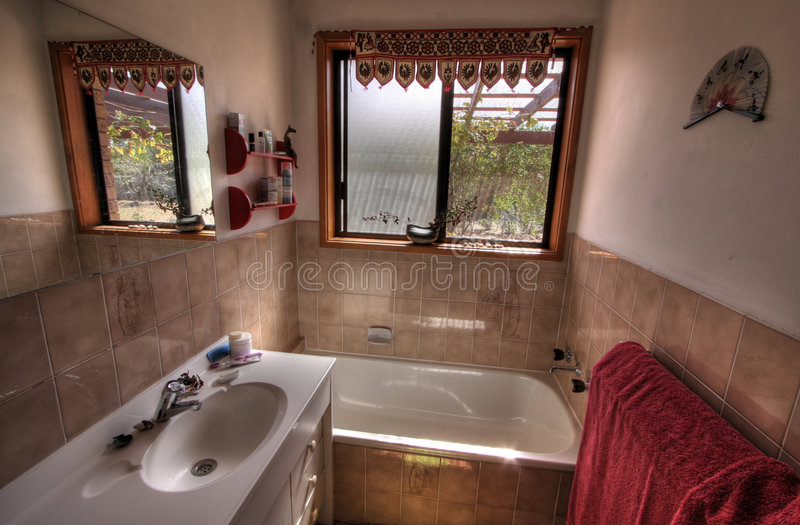 Kleines modernes Badezimmer lizenzfreies stockfoto