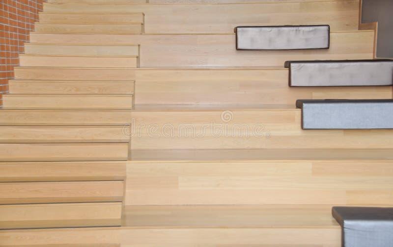 Kleines modernes hölzernes Auditorium für Miniklassenzimmervortrag und -tätigkeit lizenzfreies stockbild