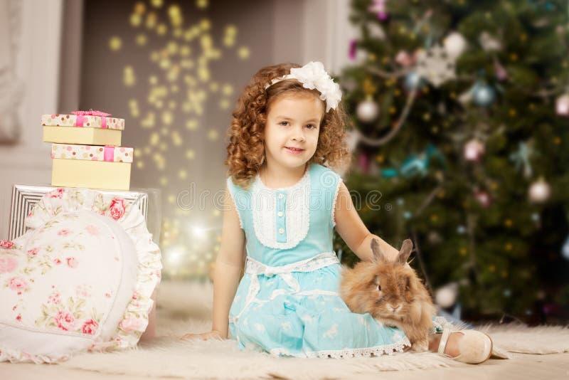 Kleines nettes ?hristmas Mädchen mit Häschen lizenzfreies stockfoto