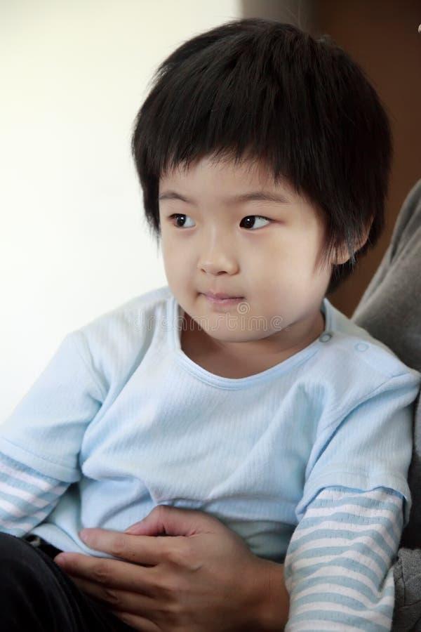 Kleines nettes asiatisches Mädchen stockfoto