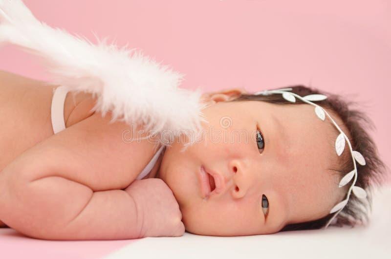 Kleines nettes asiatisches Mädchenbaby mit Engelsflügel und schönem Stirnband mit leerem copyspace lizenzfreies stockbild