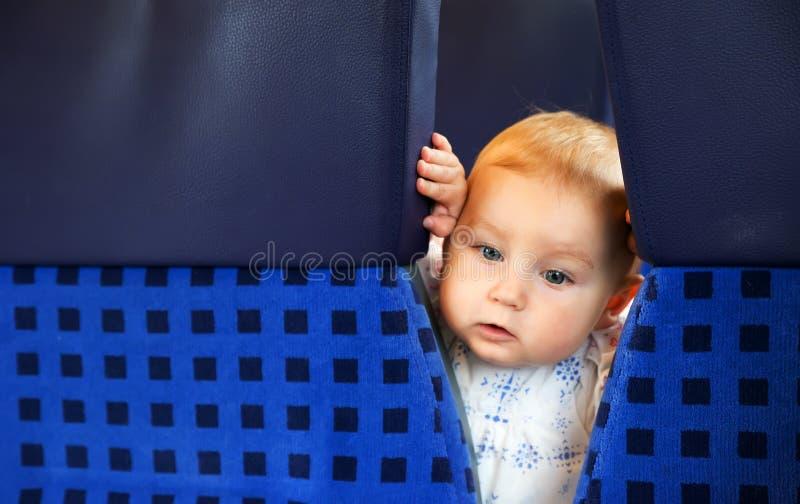 Kleines nettes Baby mit den blauen Augen, reisend lizenzfreies stockfoto