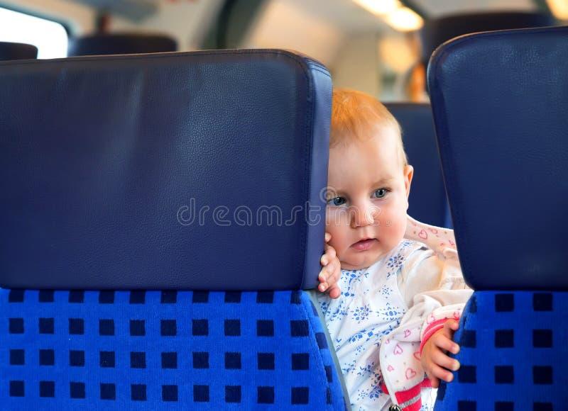 Kleines nettes Baby mit den blauen Augen, reisend stockbild