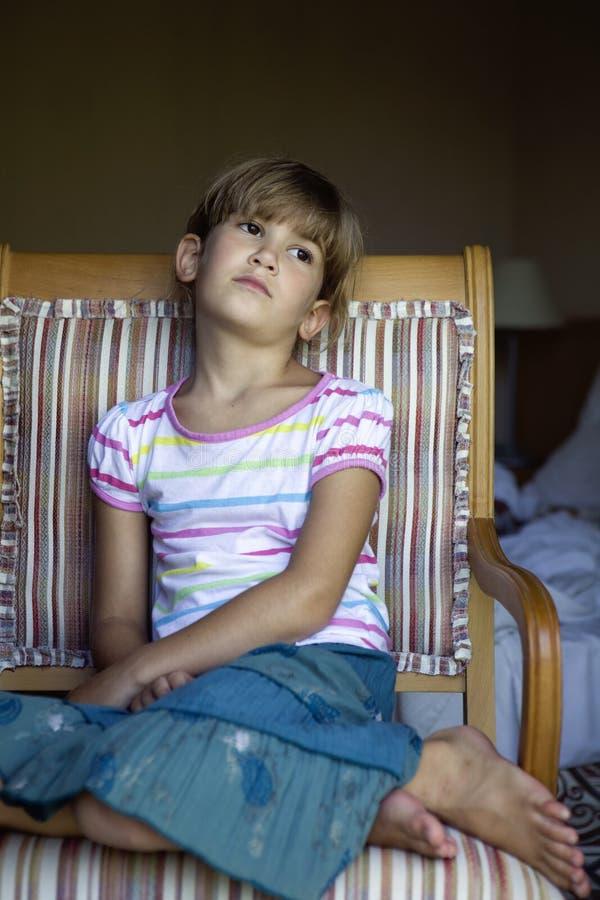 Kleines nettes ernstes Mädchen acht Jahre alt stockbild