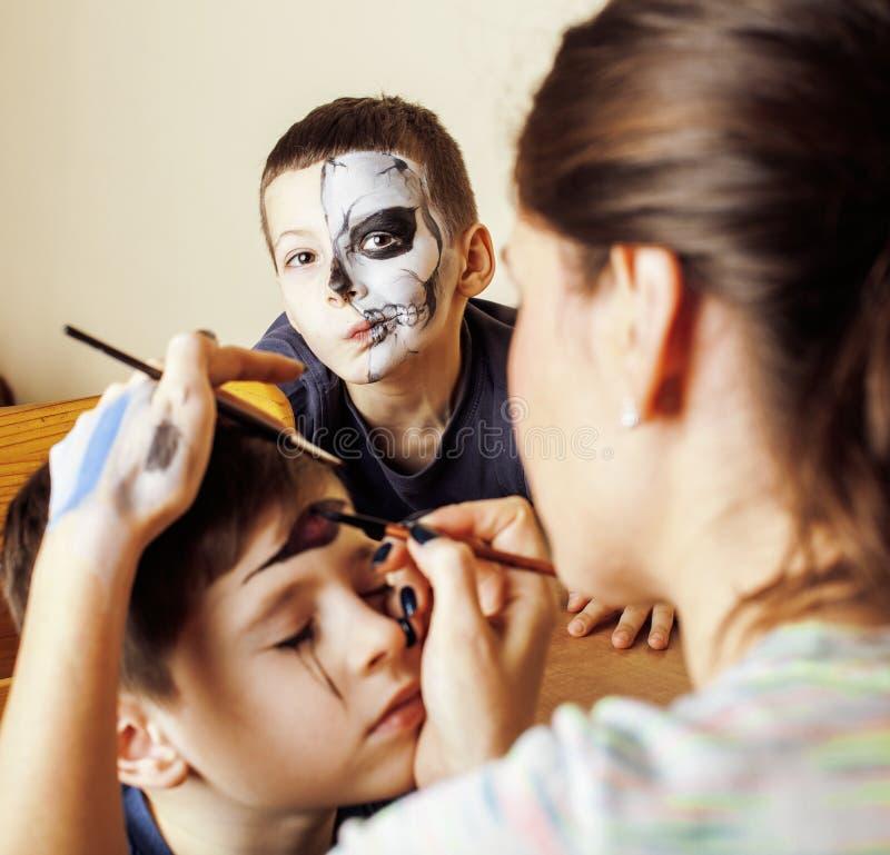 Kleines nettes Kind, das facepaint auf Geburtstagsfeier, facepainting Zombie Apocalypse, Halloween-Vorbereiten macht lizenzfreie stockbilder