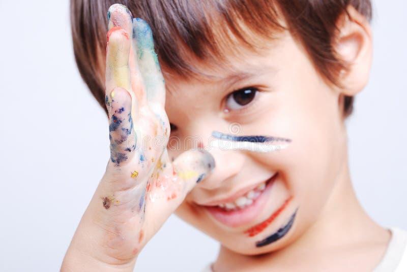 Kleines nettes Kind mit Farben lizenzfreie stockfotos