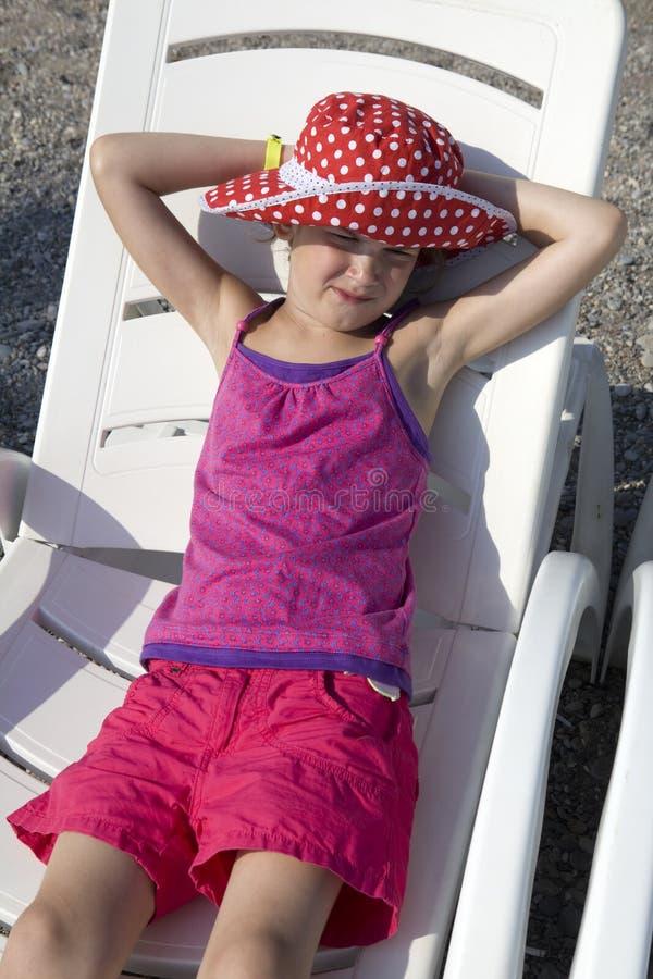 Kleines nettes lächelndes Mädchen stockfoto