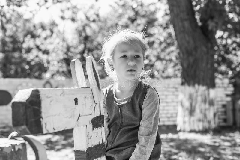 Kleines nettes Mädchen auf dem Spielplatz im Sommer stockfotos