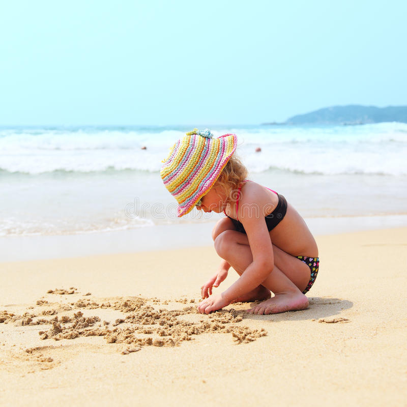 Kleines nettes Mädchen auf Strand stockbild