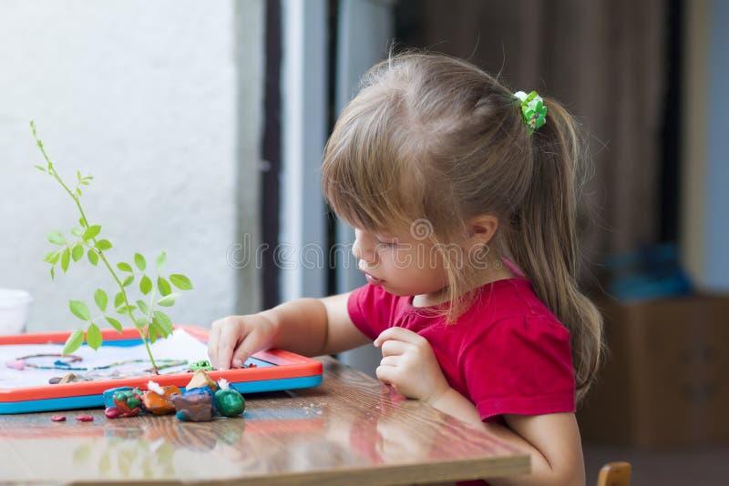 Kleines nettes Mädchen, das draußen Tabellenspiel spielt lizenzfreie stockfotografie