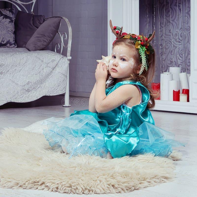 Kleines nettes Mädchen im Rotwildphantasiekostüm lizenzfreie stockfotos