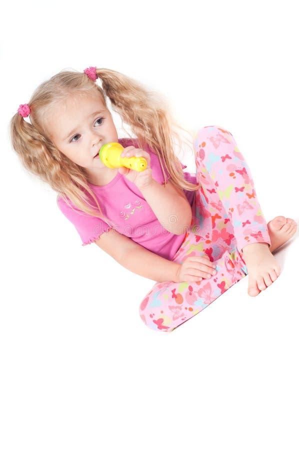 Kleines nettes Mädchen im Studio stockfotografie
