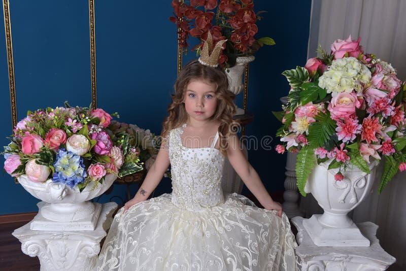 Kleines nettes Mädchen im weißen Kleid lizenzfreie stockfotografie