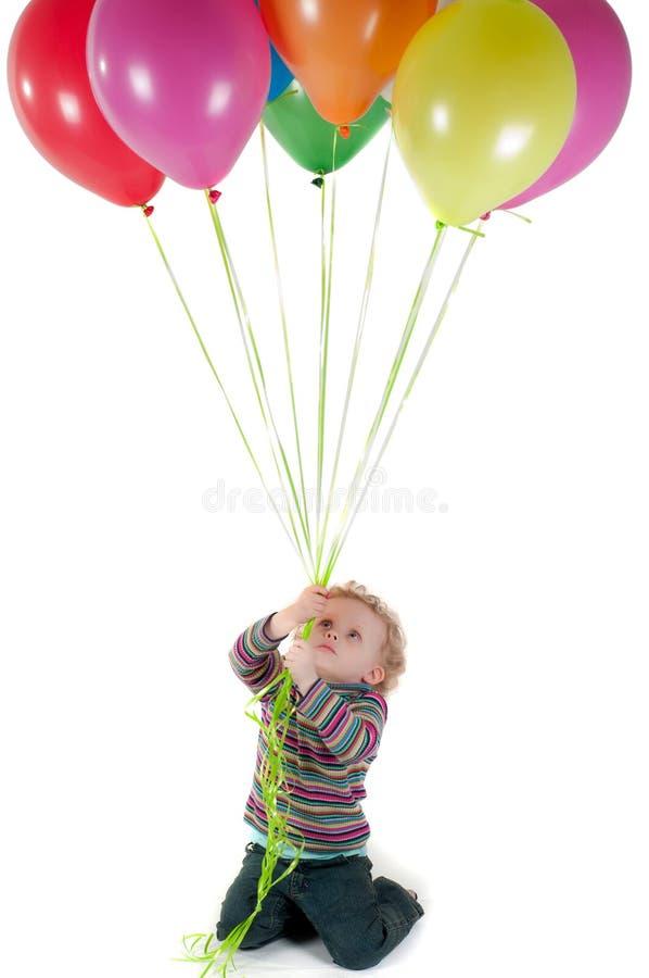 Kleines nettes Mädchen mit mehrfarbigen Luftballonen lizenzfreie stockfotos