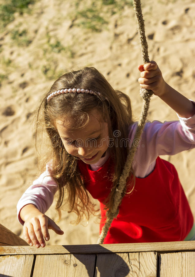 Kleines nettes Mädchenporträt, das den Spaß und Spielen im Freien hat lizenzfreies stockbild