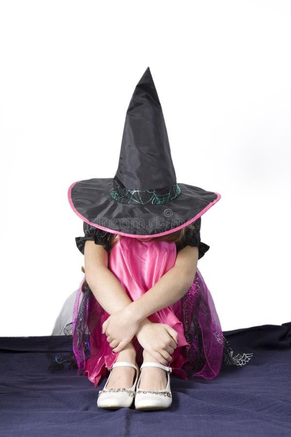 Kleines nettes verärgertes Mädchen in der Karnevalsphantasie stockbilder
