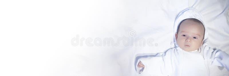 Kleines neugeborenes Kindermännliches Baby auf weißem Hintergrund Mutter, die ihr neugeborenes Kind hält Familie, Mutterschaft, W lizenzfreie stockbilder