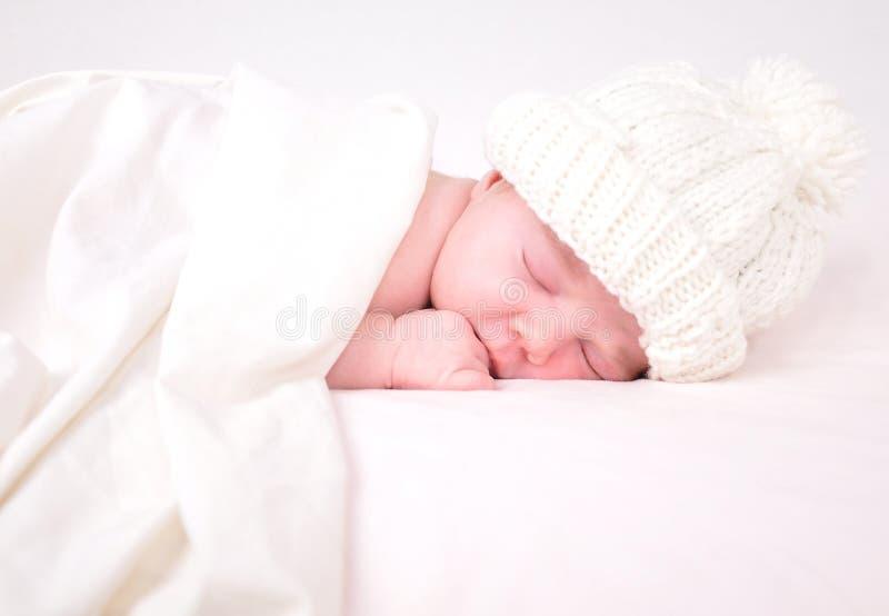 Kleines Neugeborenes Schätzchen, Das Auf Weiß Mit Decke Schläft Stockfotografie