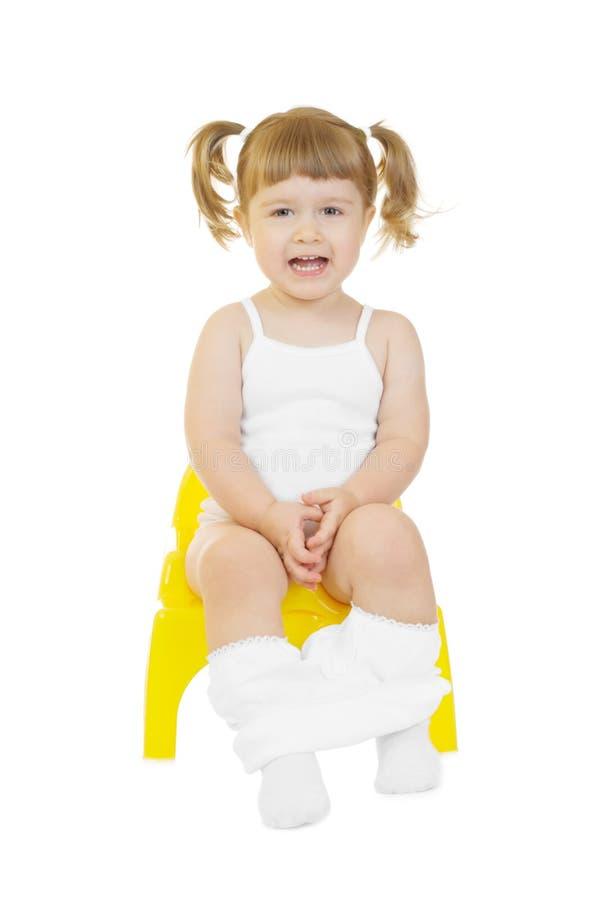 Kleines neugieriges Mädchen auf Chamberpot trennte lizenzfreie stockbilder