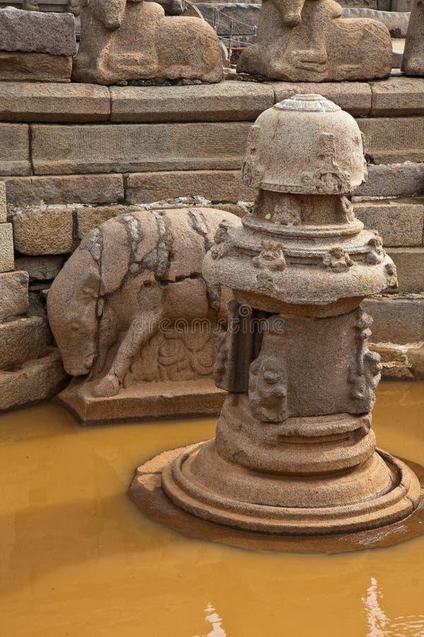 Kleines Pool an einem hinduistischen Tempel lizenzfreies stockfoto