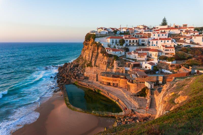 Kleines Portugal-Dorf Azenhas tun Mrz auf Klippe auf Küstenlinie stockbilder