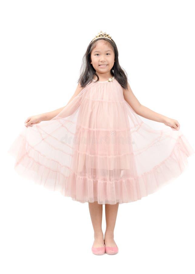 Kleines Prinzessinlächeln im rosa Kleid lokalisiert stockfotografie