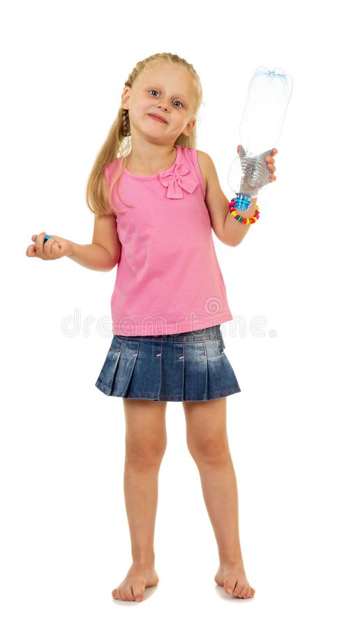 Kleines, reizend Mädchen, das eine leere Flasche lokalisiert auf Weiß hält lizenzfreie stockfotos